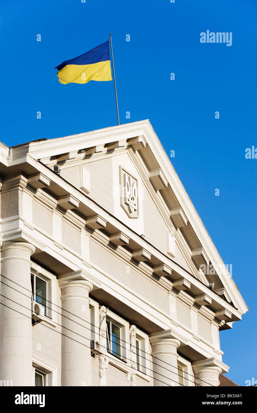 Ukrainische Flagge oben auf klassischer Architektur, Kiew, Ukraine, Europa Stockbild