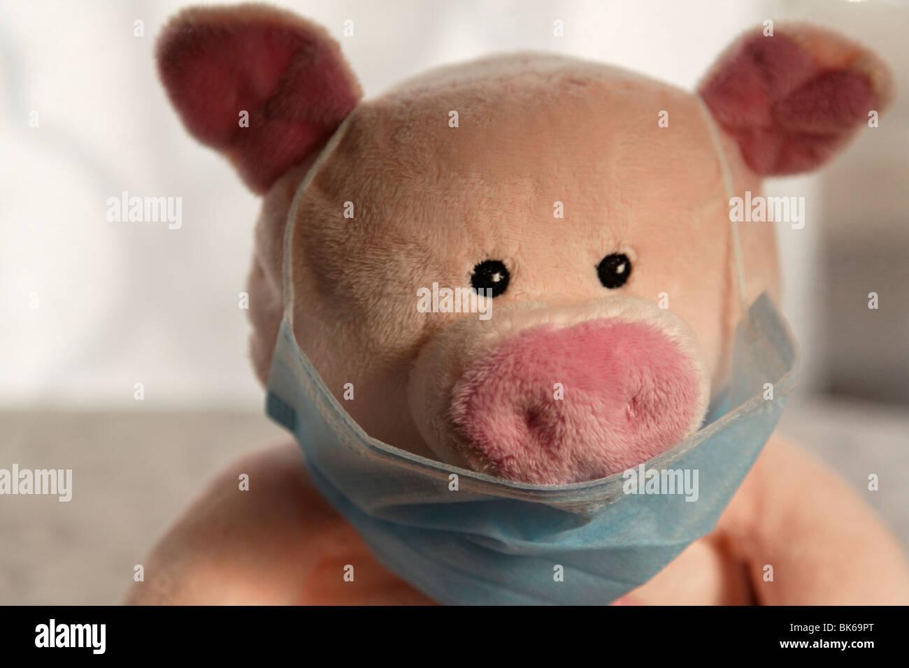 Spielzeug-Schwein mit Schutzmasken, Schuss in den Kopf. Stockbild