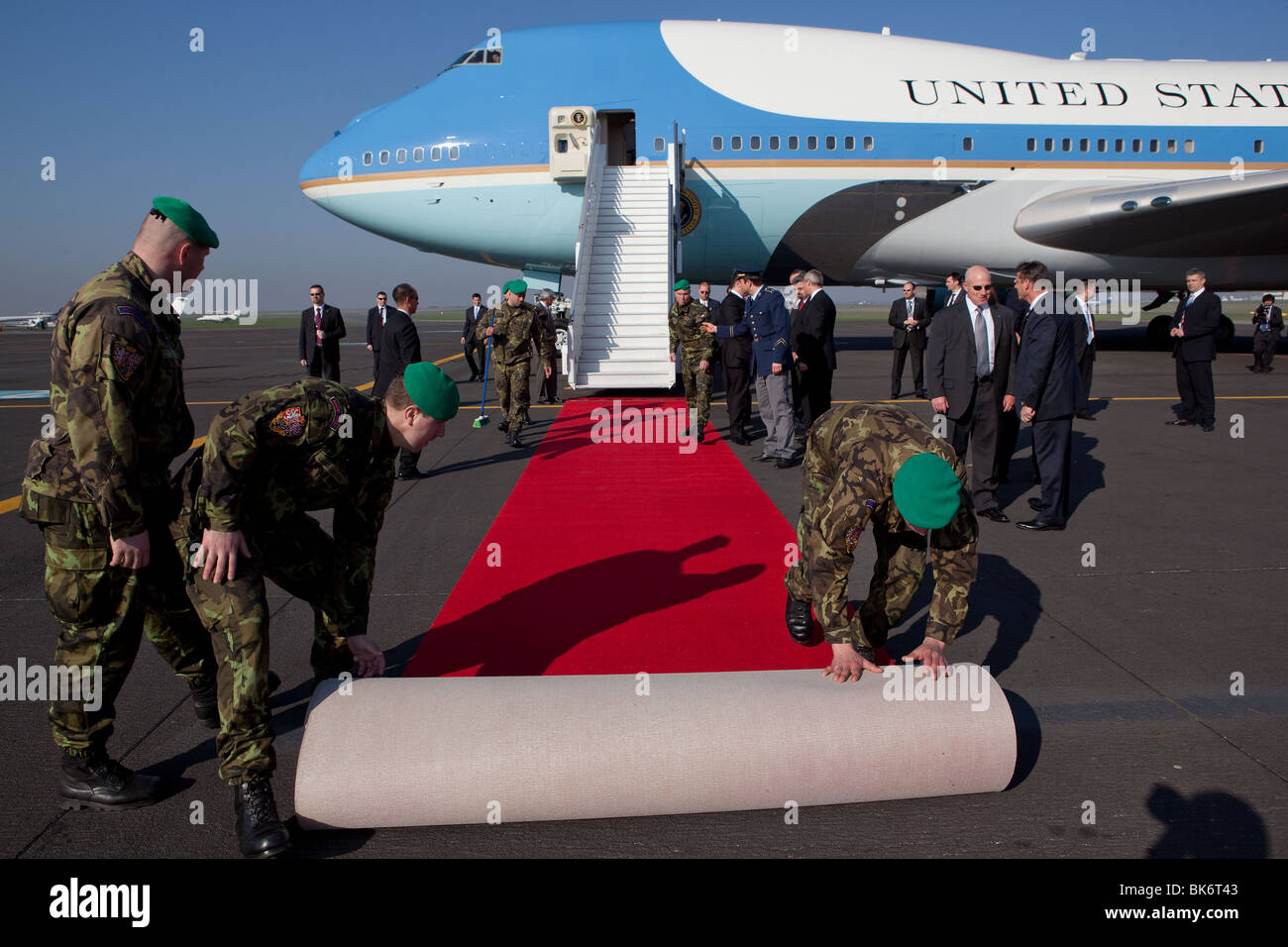Ein roter Teppich ist ausgerollt, am Fuße der Treppe der Air Force One, wie Präsident Barack Obama in Stockbild
