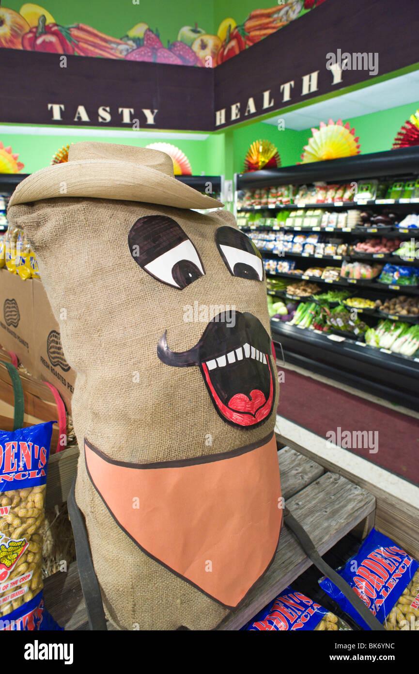 Im Inneren einen amerikanischen Supermarkt, mit der Gemüseabteilung Kauf Display in Ruidoso, NM mit einem Cartoon. Stockbild