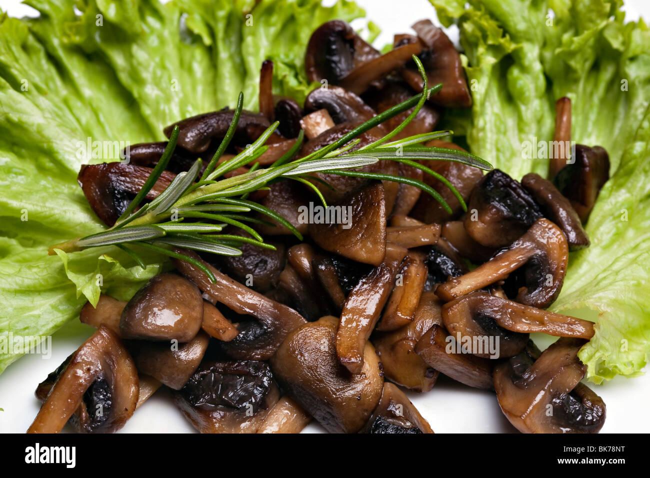 Gegrillte Champignons Champignons auf salat Stockbild