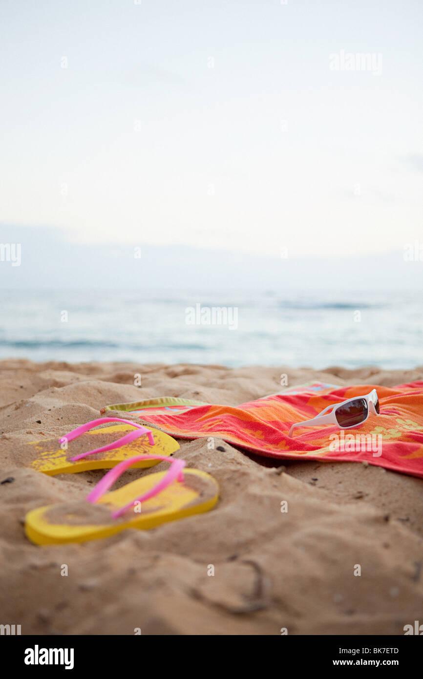 9bffe549279d8 Flips Flops und Handtuch am Strand Stockfoto