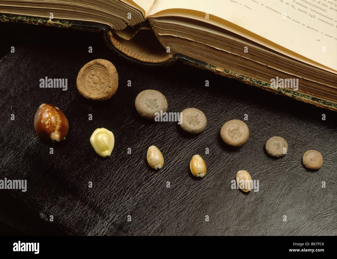 Kauri Muschel Geld und Terracotta Münzen aus Sri Vijaya Zeit in Thailand, Südostasien, Asien Stockbild