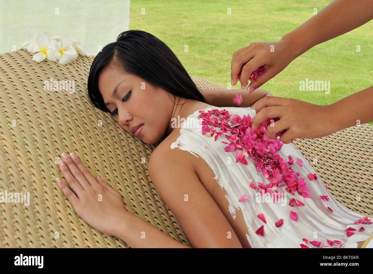 Kaolin-Gesichtsmaske mit Rosenblüten Stockbild