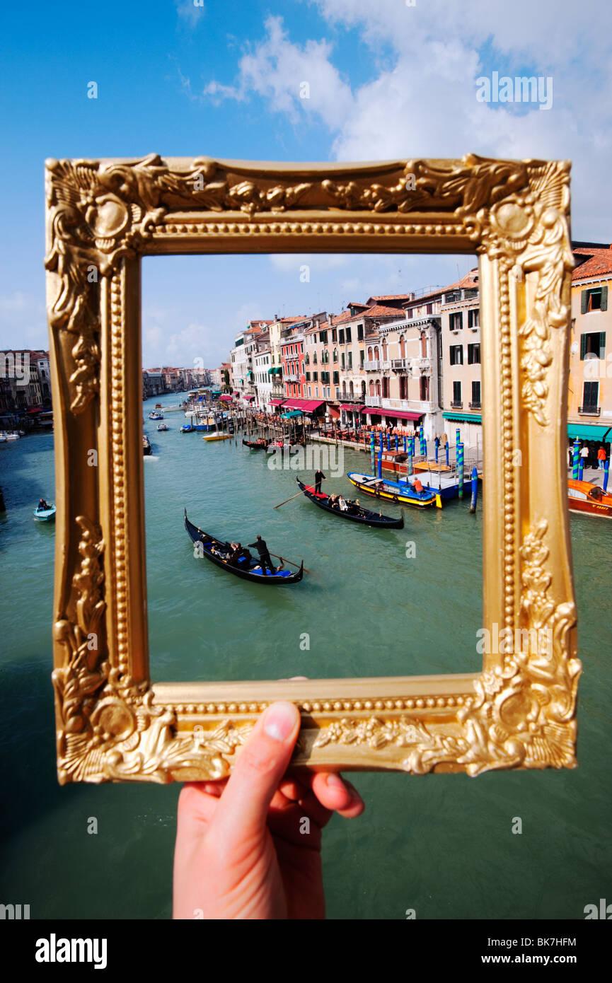 Venedig - Blick auf den Canal Grande und Gondeln in Venedig durch ...