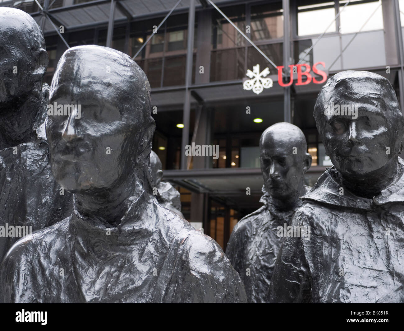 UBS-zentrale, Broadgate, London, mit Statue im Vordergrund, George Segal Rush Hour Skulptur Stockbild