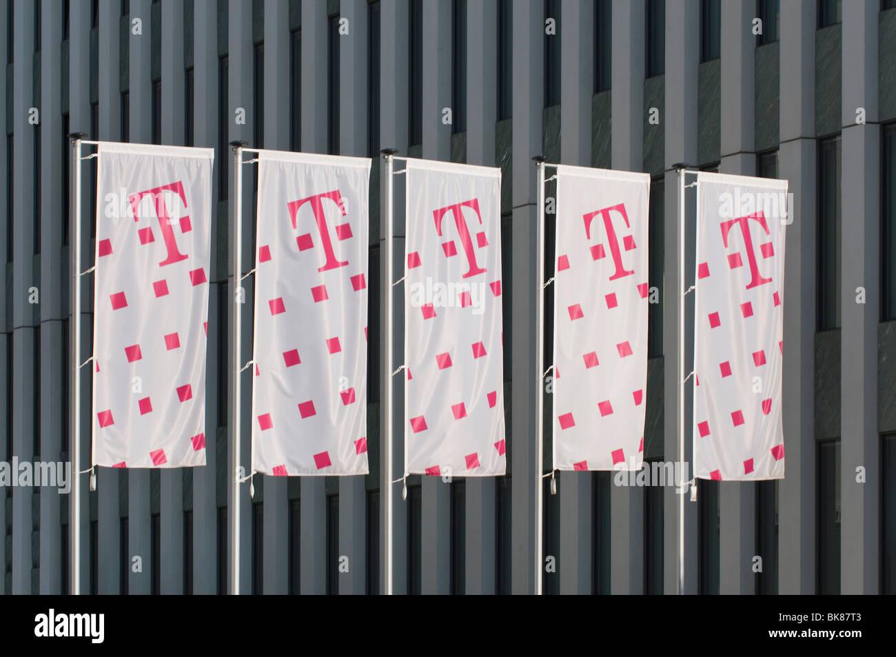 Fünf Telekom-Flaggen vor einem Bürogebäude Fassade, Deutsche Telekom AG, Bonn, Nordrhein-Westfalen, Stockbild