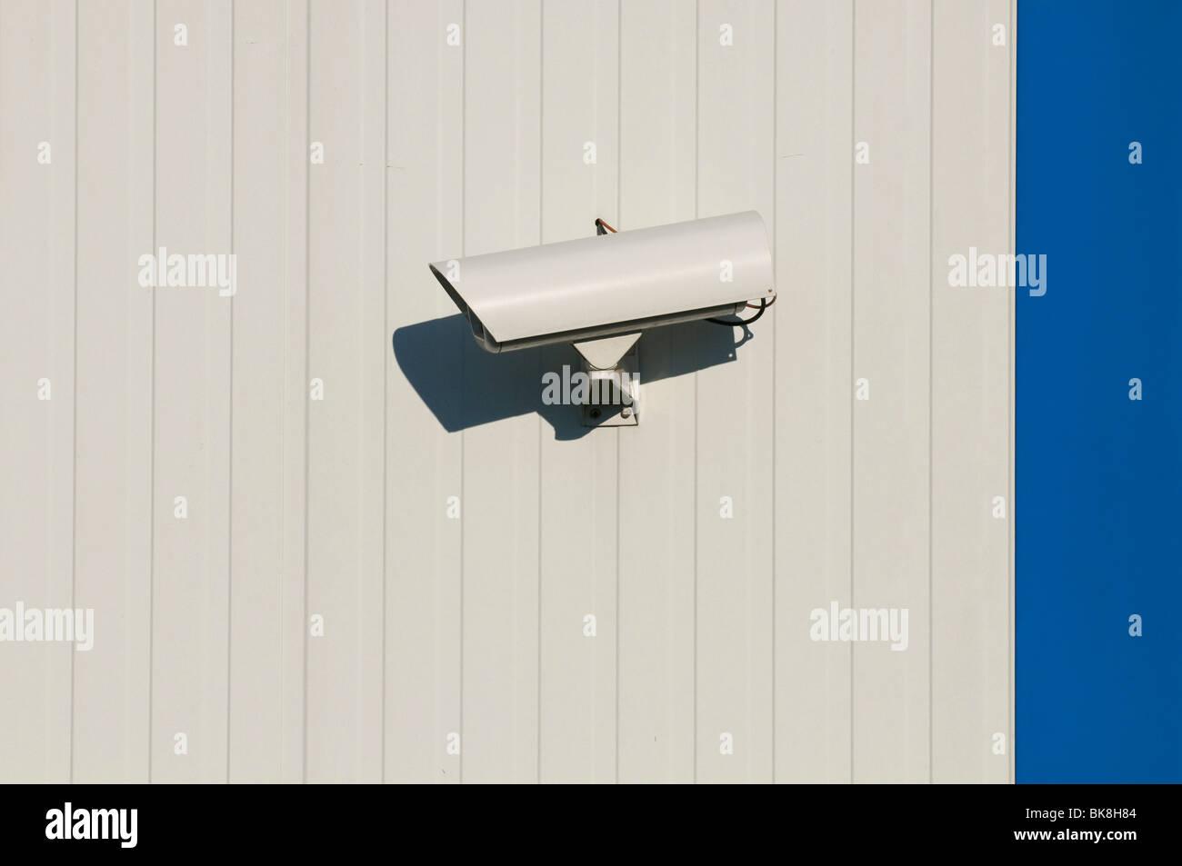 Überwachungskamera an Halle Wand Stockbild