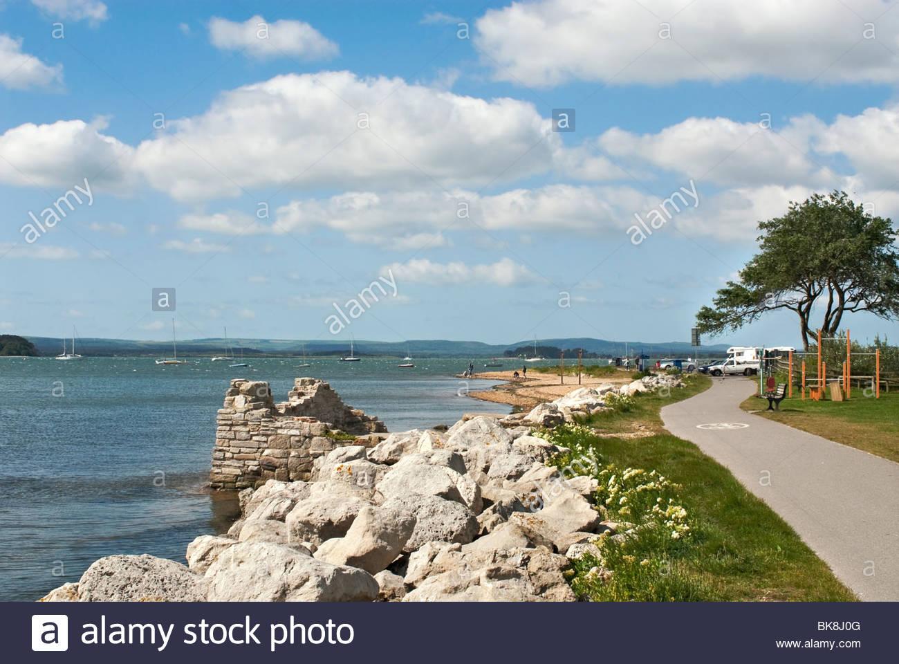 Poole Harbour ist ein großer Naturhafen in Dorset, Südengland, mit der Stadt von Poole an seinen Ufern. Stockbild