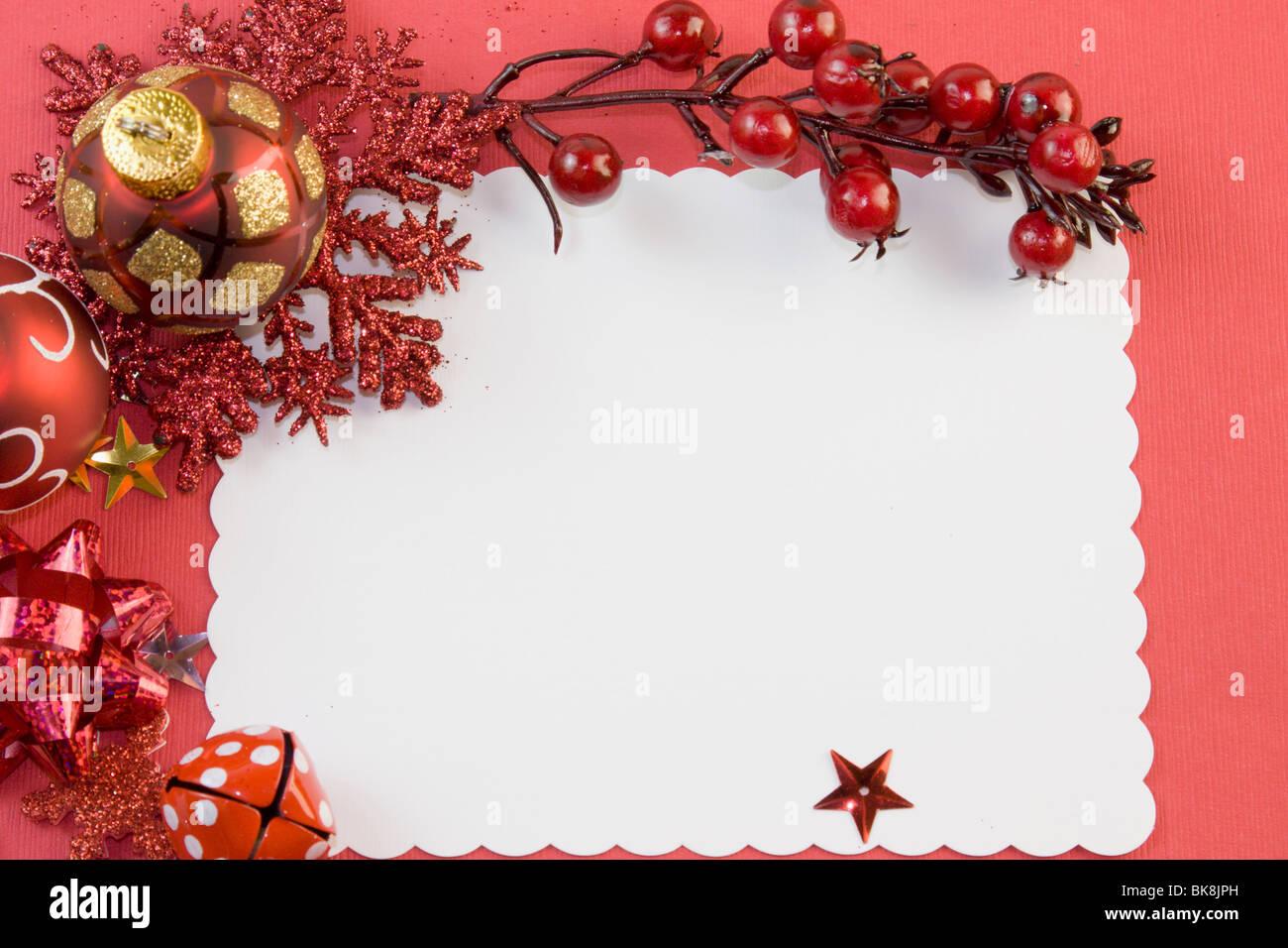 leere Weihnachtskarte mit roten Kugeln, Schneeflocke, Beeren, Star ...