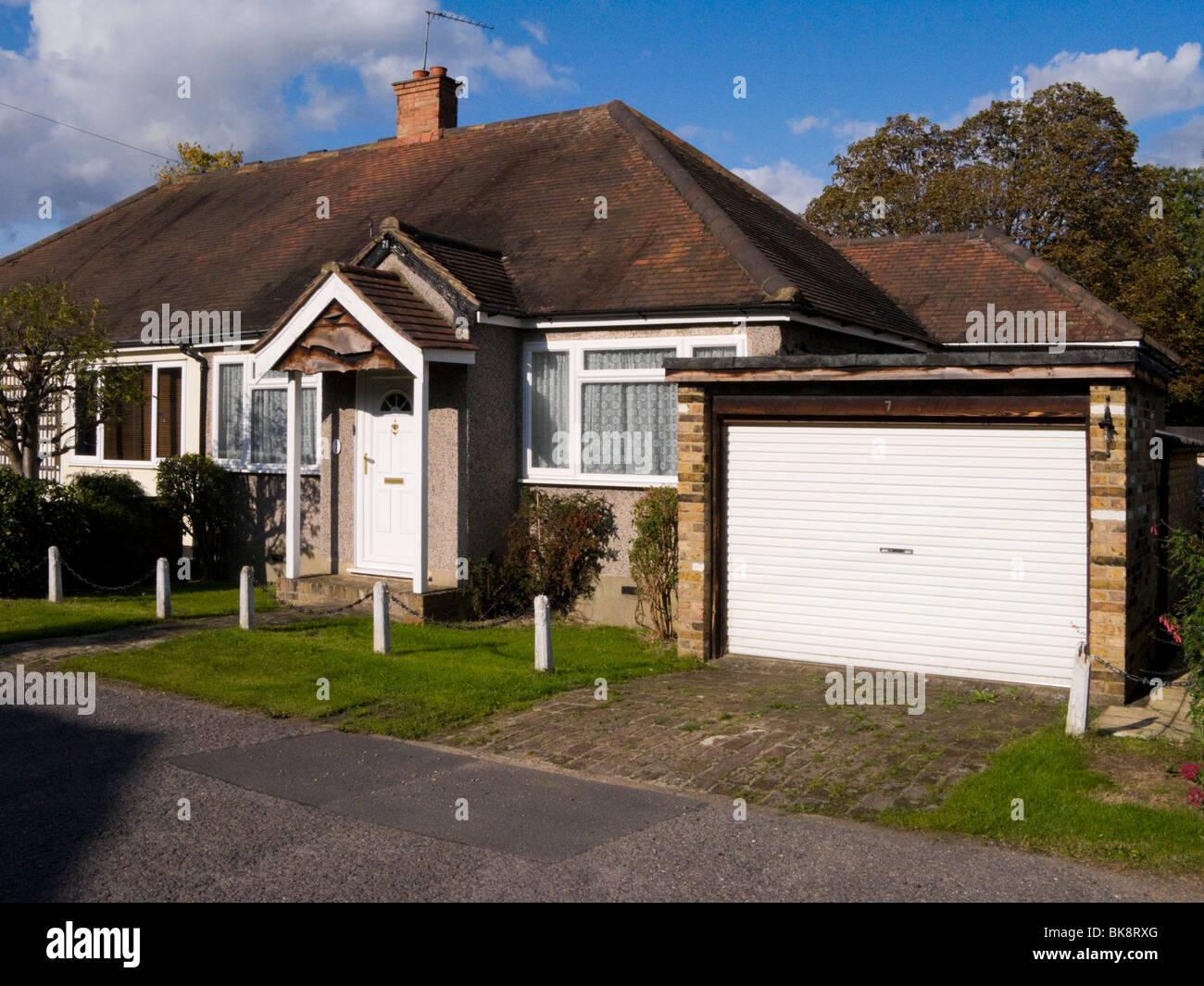 Doppelhaushälfte Bungalow Haus / Haus mit Doppelgarage im unteren ...