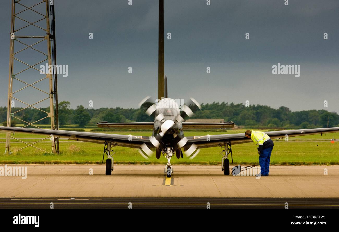Ingenieur Überprüfung Flugzeug von RAF Linton-Ouse Trainingslager der Vorbereitung Stockbild