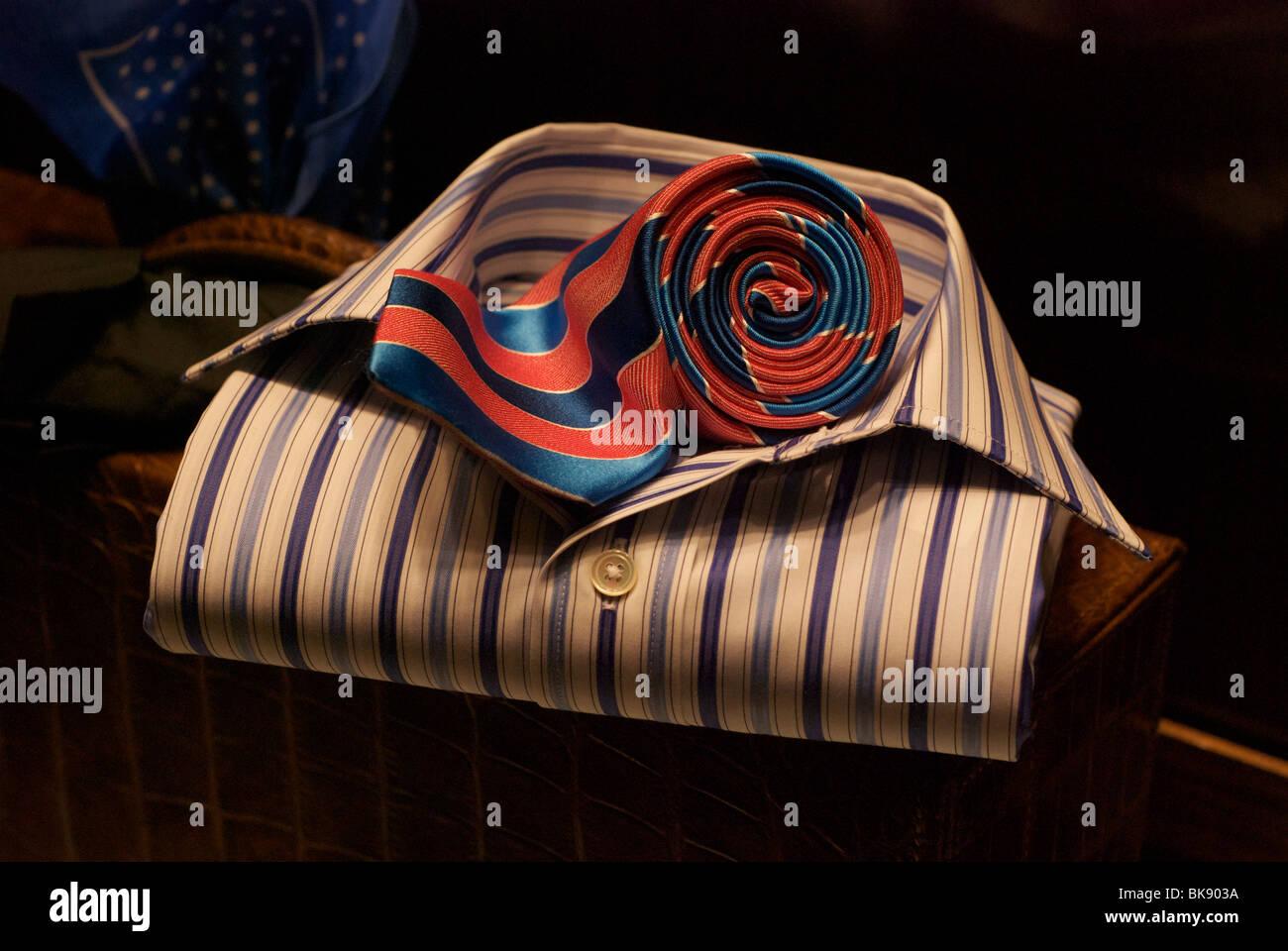 Smart gefalteten gestreiftes Hemd mit Button und rollte sie rot/blaue Krawatte auf dem Display. Stockbild