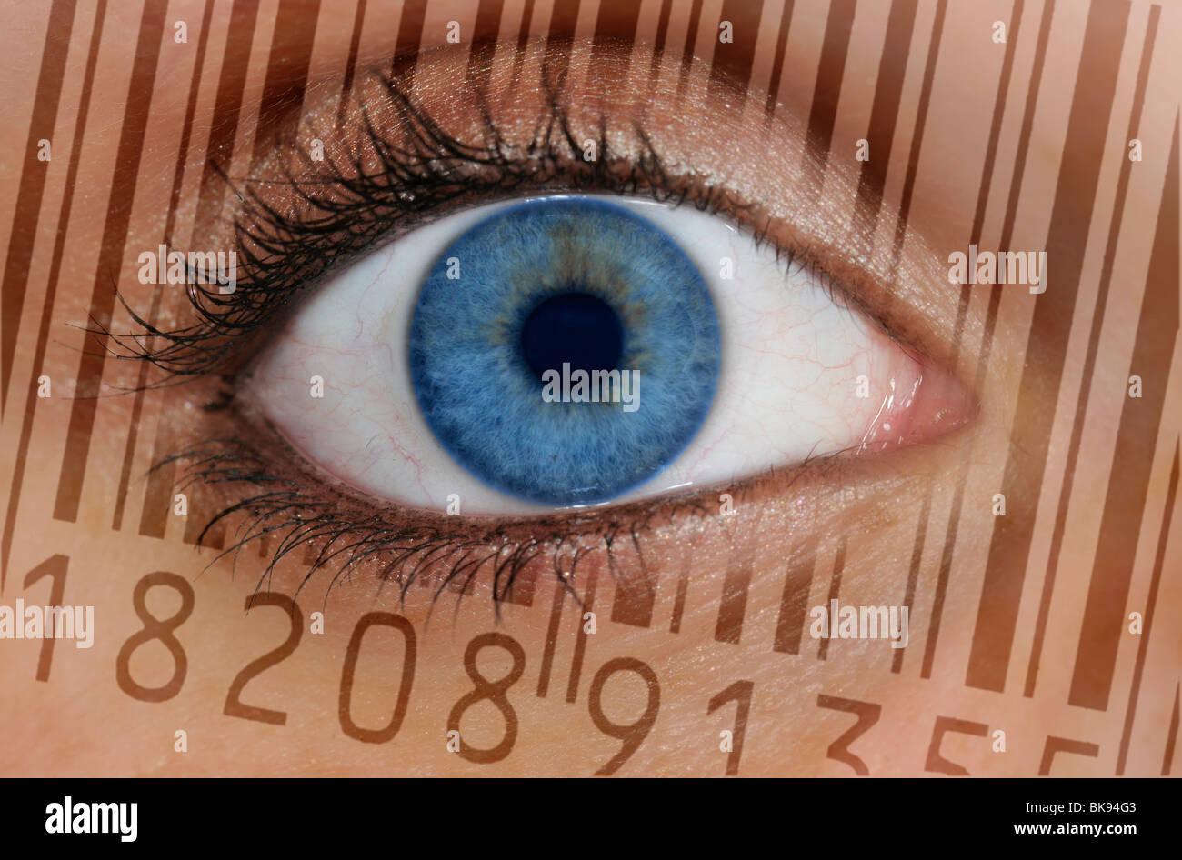 Nahaufnahme eines Auges mit dem EAN-Barcode, europäische Artikelnummer auf der Iris, symbolisches Bild für Stockbild