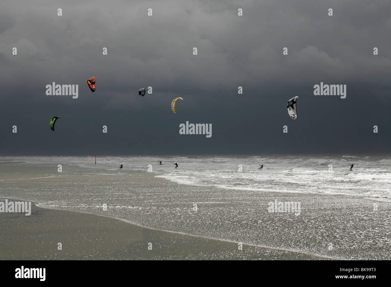 Kitesurfen bei einem Sturm auf der Nordsee, St. Peter-Ording, Schleswig-Holstein, Deutschland, Europa Stockbild