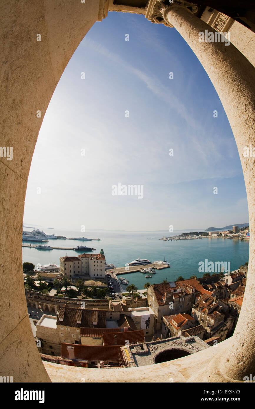 Stadt gesehen durch ein Fenster, Old Town, Split, Dalmatien, Kroatien Stockbild