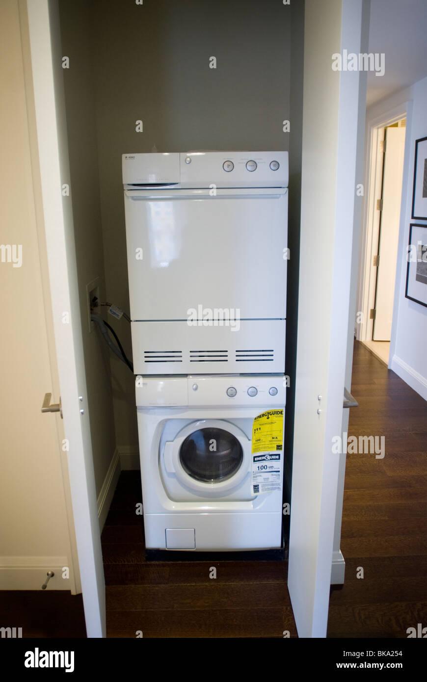 Eine Waschmaschine und Trockner in einem Schrank in einer Wohnung in ...