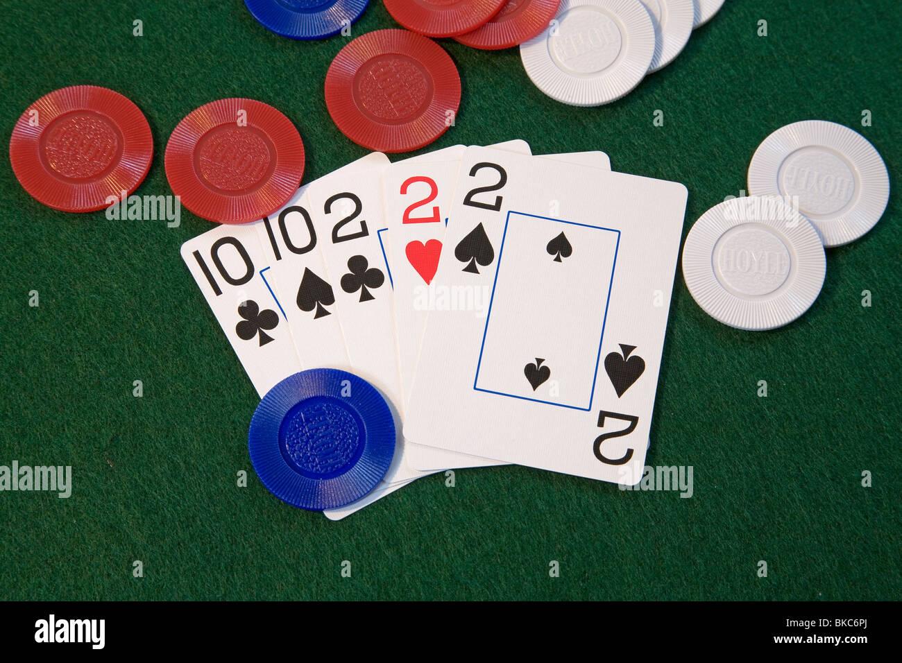 """Ein """"Full House""""-Poker-Blatt, Treys und Tens, zeichnen eine gute Pokerhand in fünf Karten oder Stud Stockbild"""