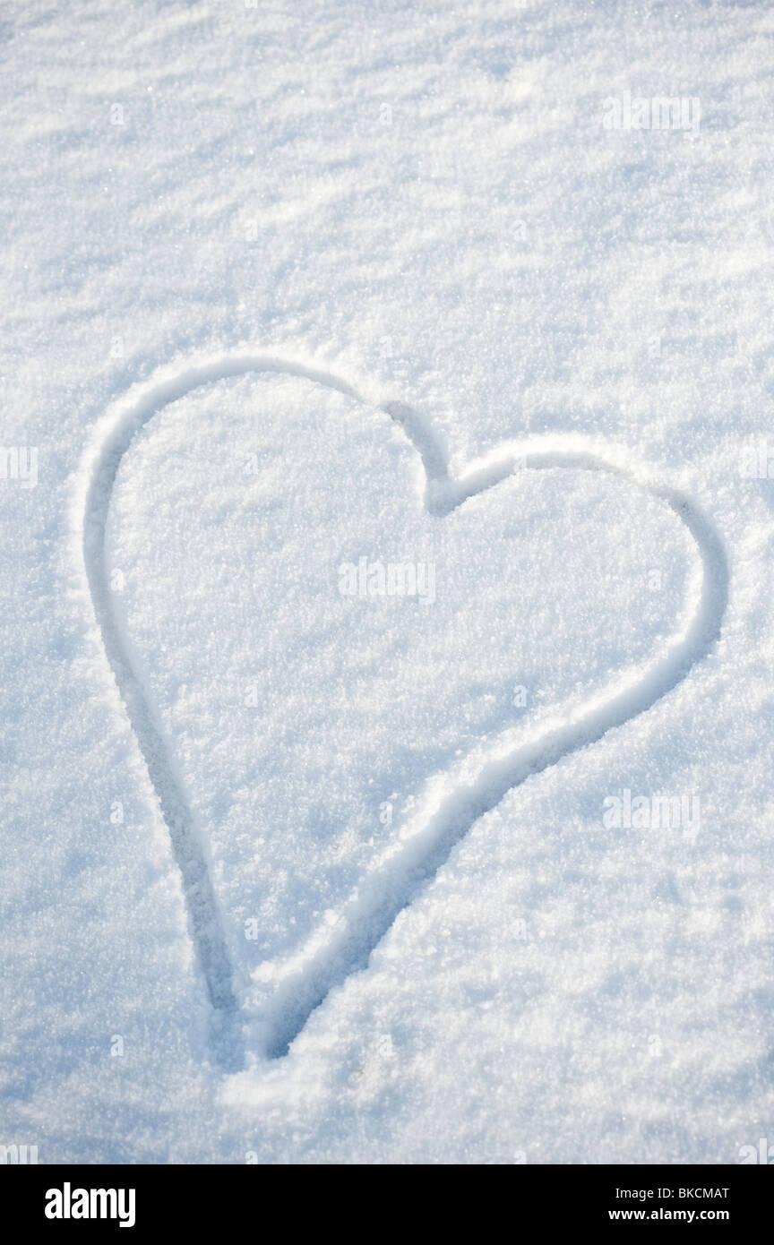 Herz An Einem Wintertag Im Schnee Auf Den Boden Gezeichnet Stockfoto
