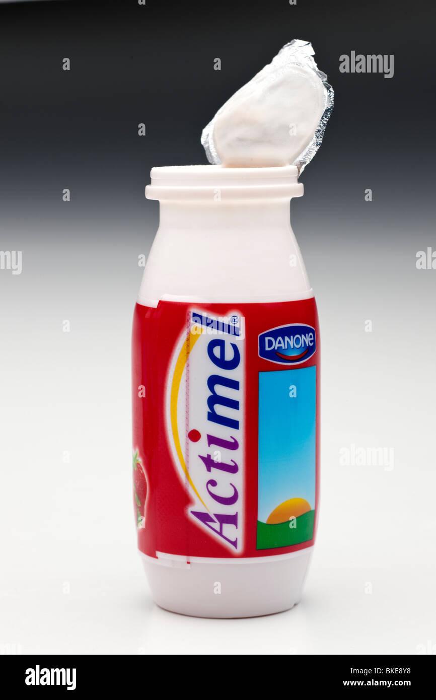 Einzigen offenen Kunststoffbehälter Actimel Erdbeere aromatisiert ...