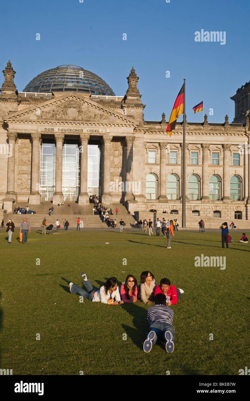 Reichstagsgebäude, im Freien im Sommer, Menschen, Berlin, Stockbild