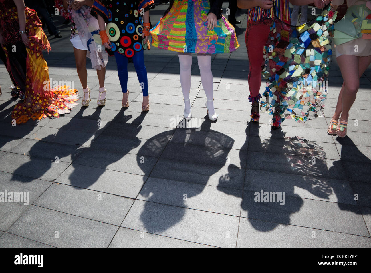 Schatten der Fashion-Modelle auf Asphalt, Alternative Fashion Week, Spitalfields Market, London, England, UK Stockbild