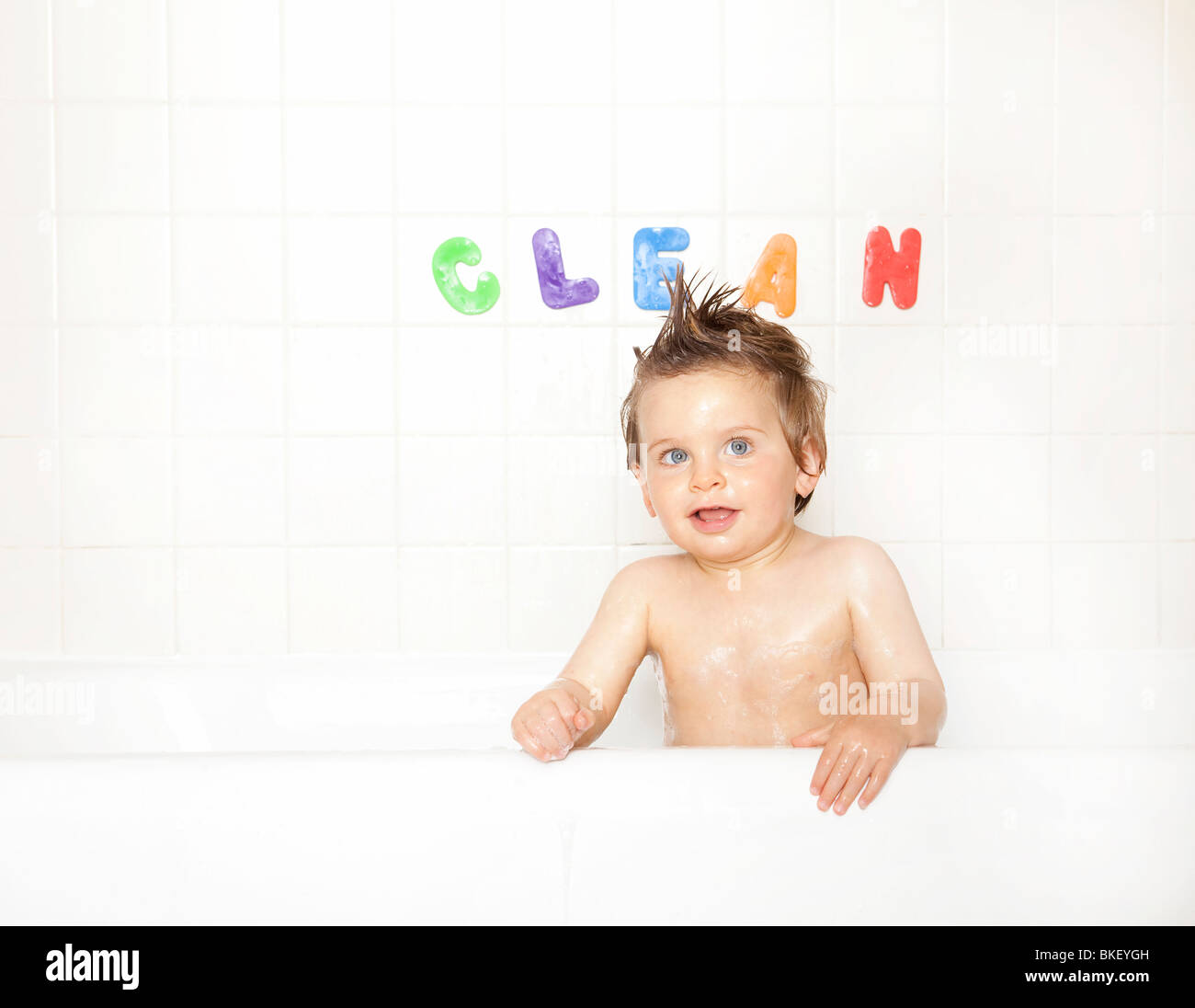 Baby Boy in Badewanne Stockbild