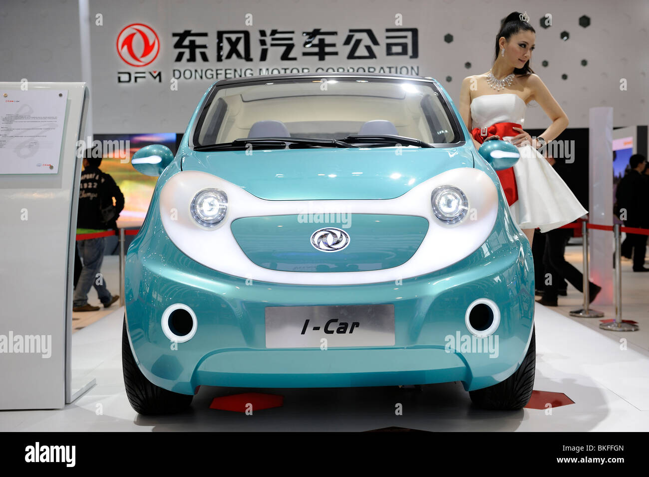 Ein Modell posiert neben Dongfeng Motor Group Co.-Auto-Konzept-Fahrzeug auf der Beijing Auto Show 2010 angezeigt. Stockbild