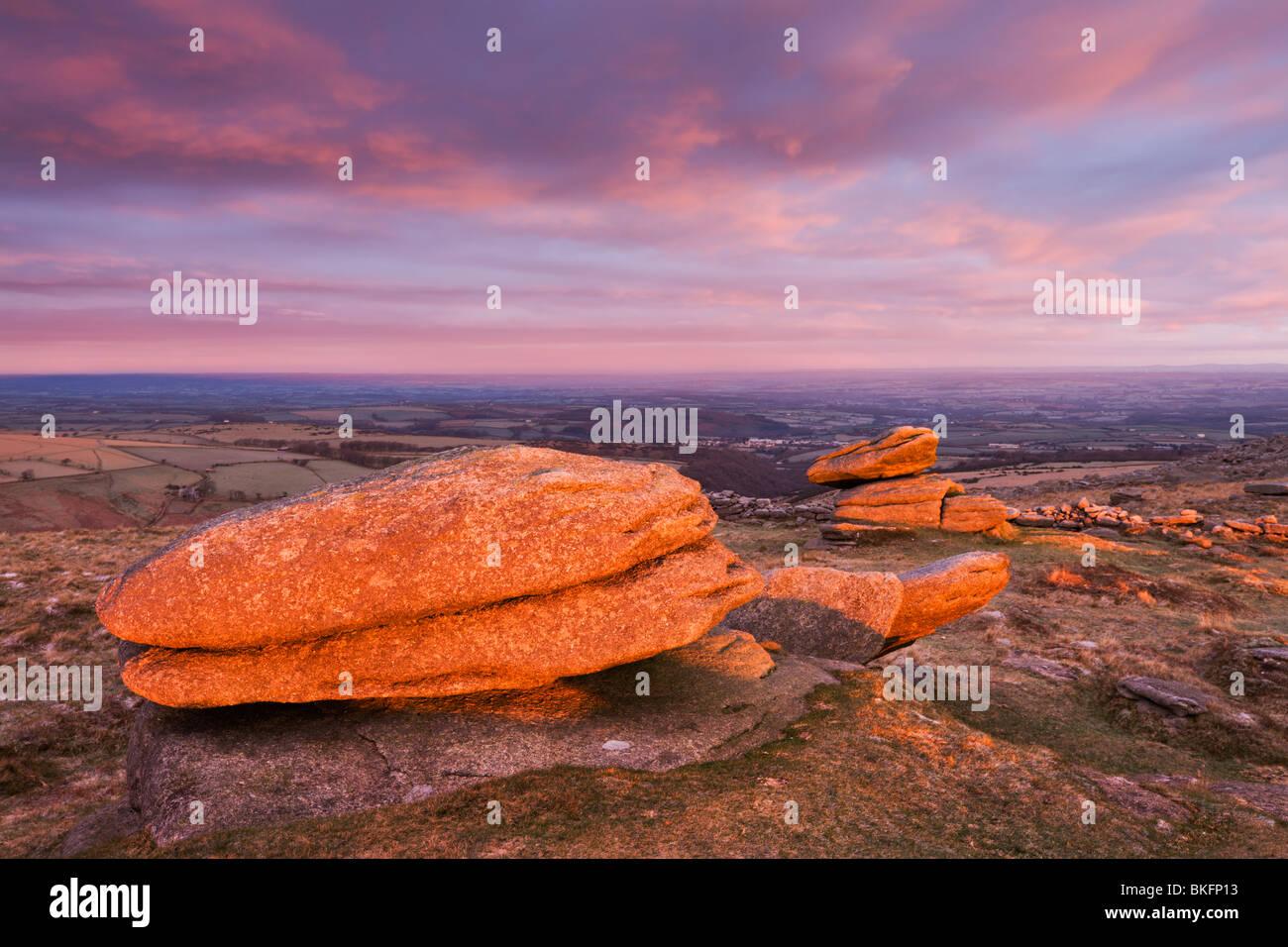 Logan Stones gebadet im ersten Licht an einem Wintermorgen, Belstone Tor, Dartmoor National Park, Devon, England. Stockbild