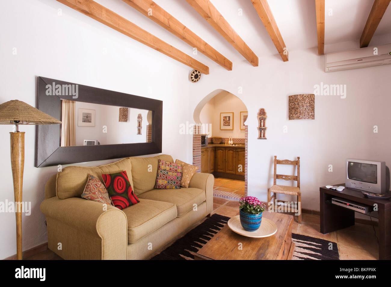 Große Rechteckige Spiegel über Beige Sofa Im Wohnzimmer Holzbalken  Spanischen Land
