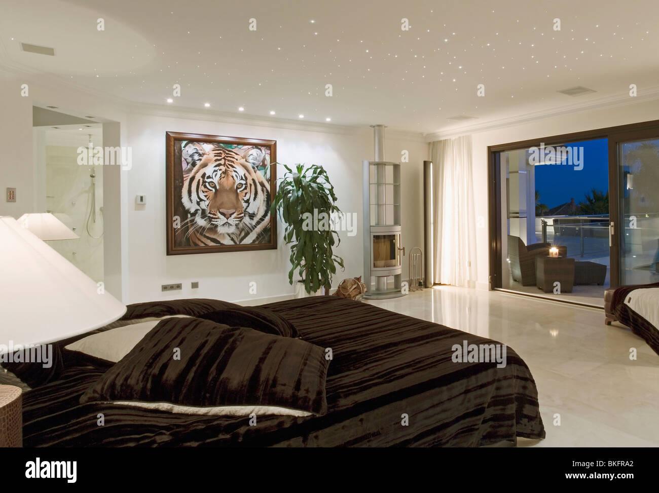 Down Beleuchtung über Malerei Des Tigers An Wand Des Modernen Spanischen  Ferienwohnung Schlafzimmer Mit Terrassentüren