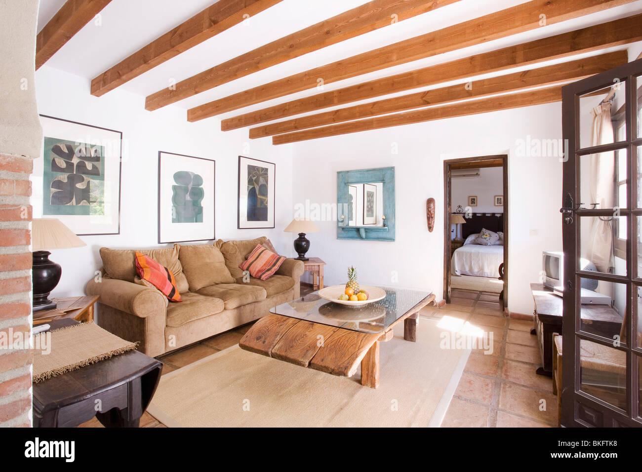 Im Holzbalken Spanische Wohnzimmer Mit Rustikaler Couchtisch Aus Holz Und  Creme Teppich Beige Velour Sofa
