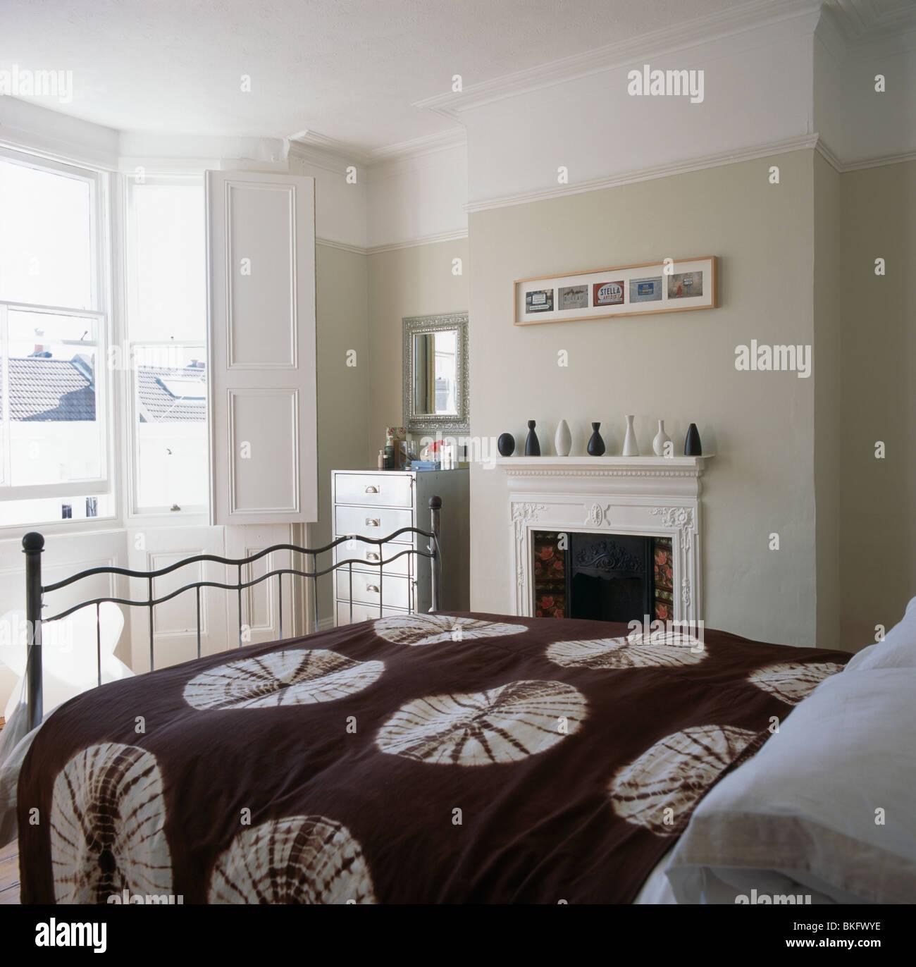 Braun + Weiß gemustert Bettdecke auf traditionellen blass Beige ...