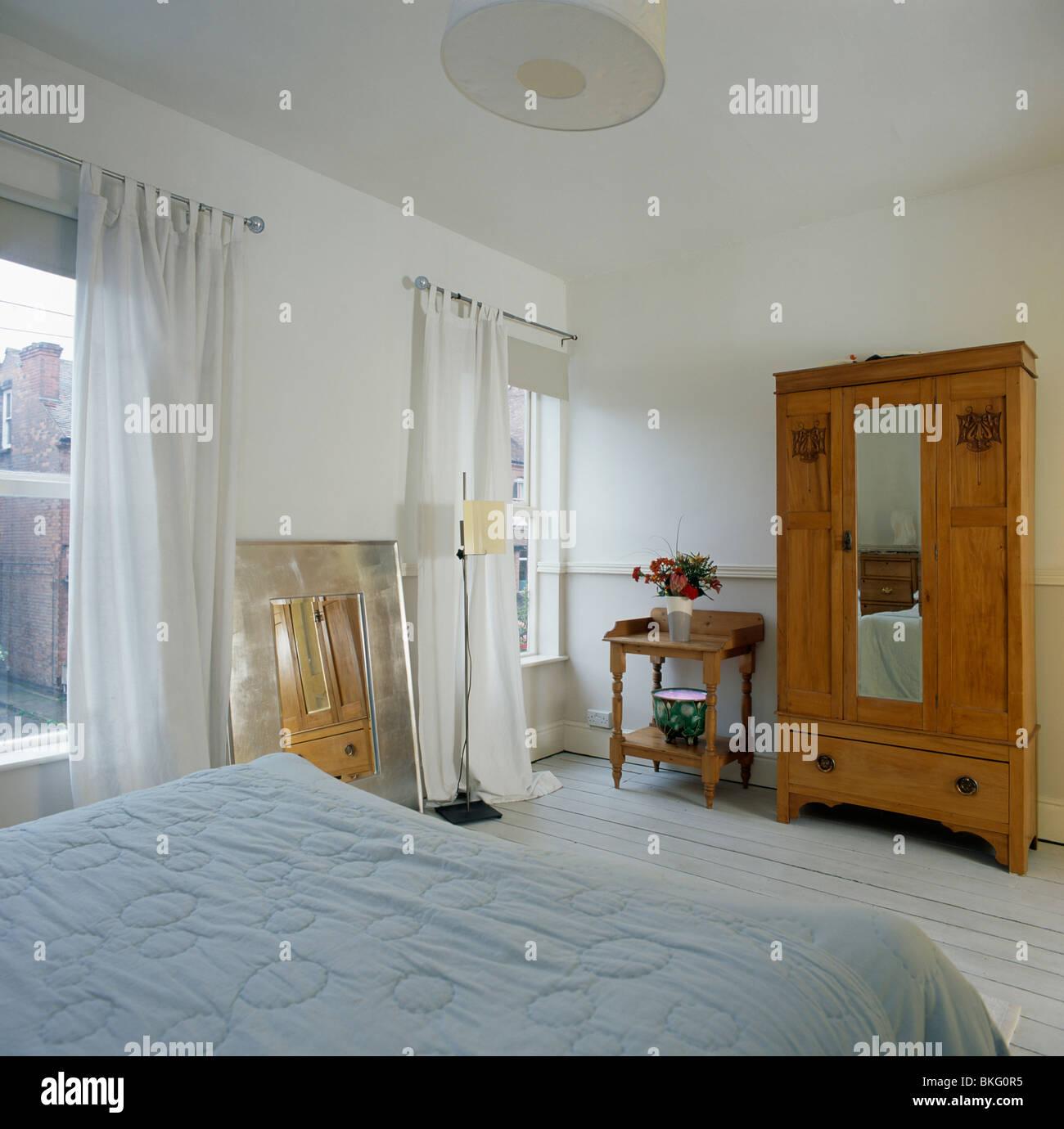 Großer Kleiderschrank Mit Spiegeltür In Reihenhaus Schlafzimmer Mit