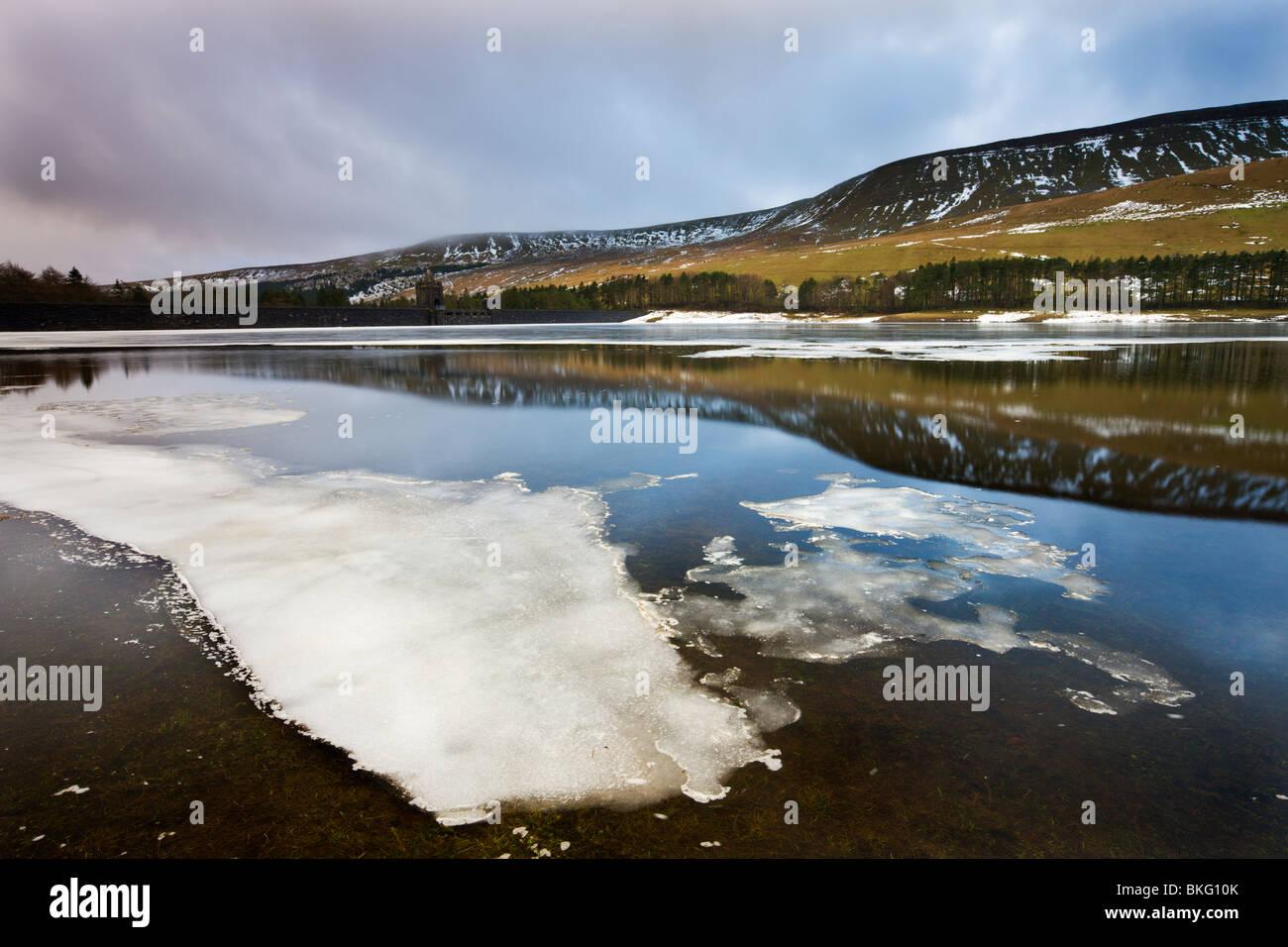 Oberen Neuadd Reservoir, Brecon Beacons National Park, Powys, Wales, UK. Winter Stockbild