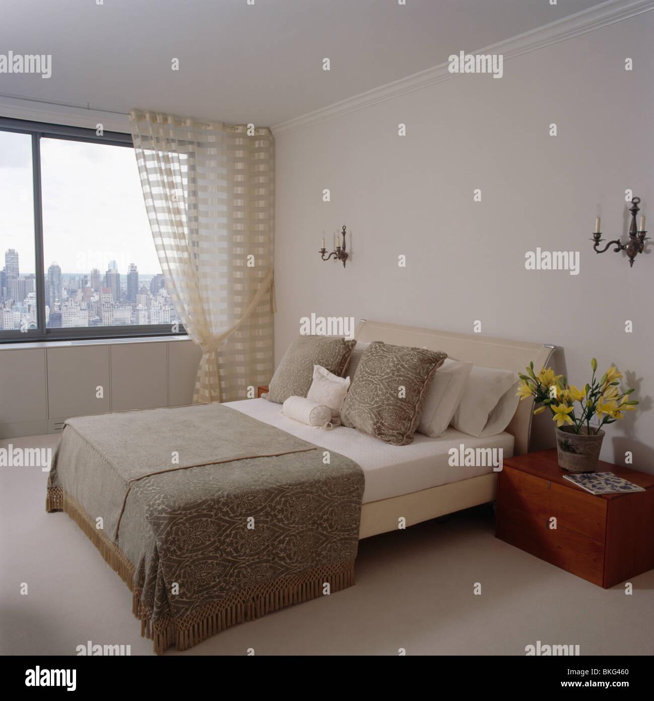 Beige Wurf Und Creme Bettwäsche Auf Bett Im Schlafzimmer Moderne Stadt Mit  Gemusterten Cremefarbenen Voile Vorhänge Am Fenster