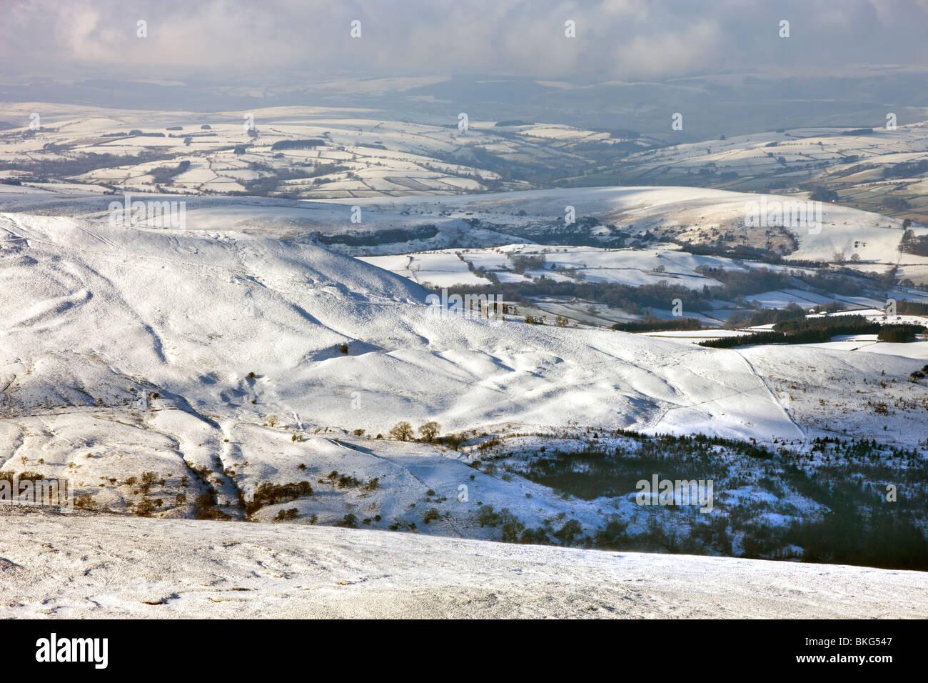 Blick hinunter auf Craig Cerrig Gleisiad und Schnee bedeckt Landschaft von den Hängen des Mais Du, Brecon Beacons, Stockbild
