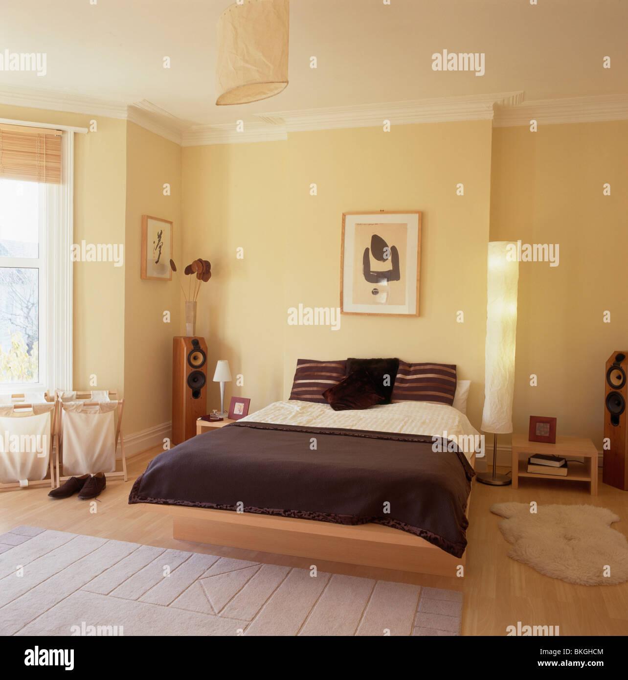 Dunkel graue Bettdecke auf Bett auf kleinen Podest in modernen ...