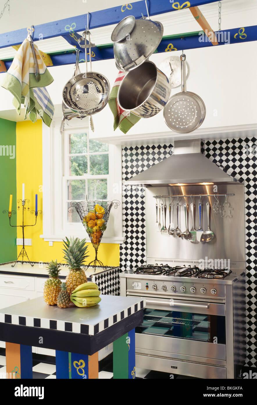 Pfannen hängen blaue Rack im bunten moderne Küche mit schwarz + ...
