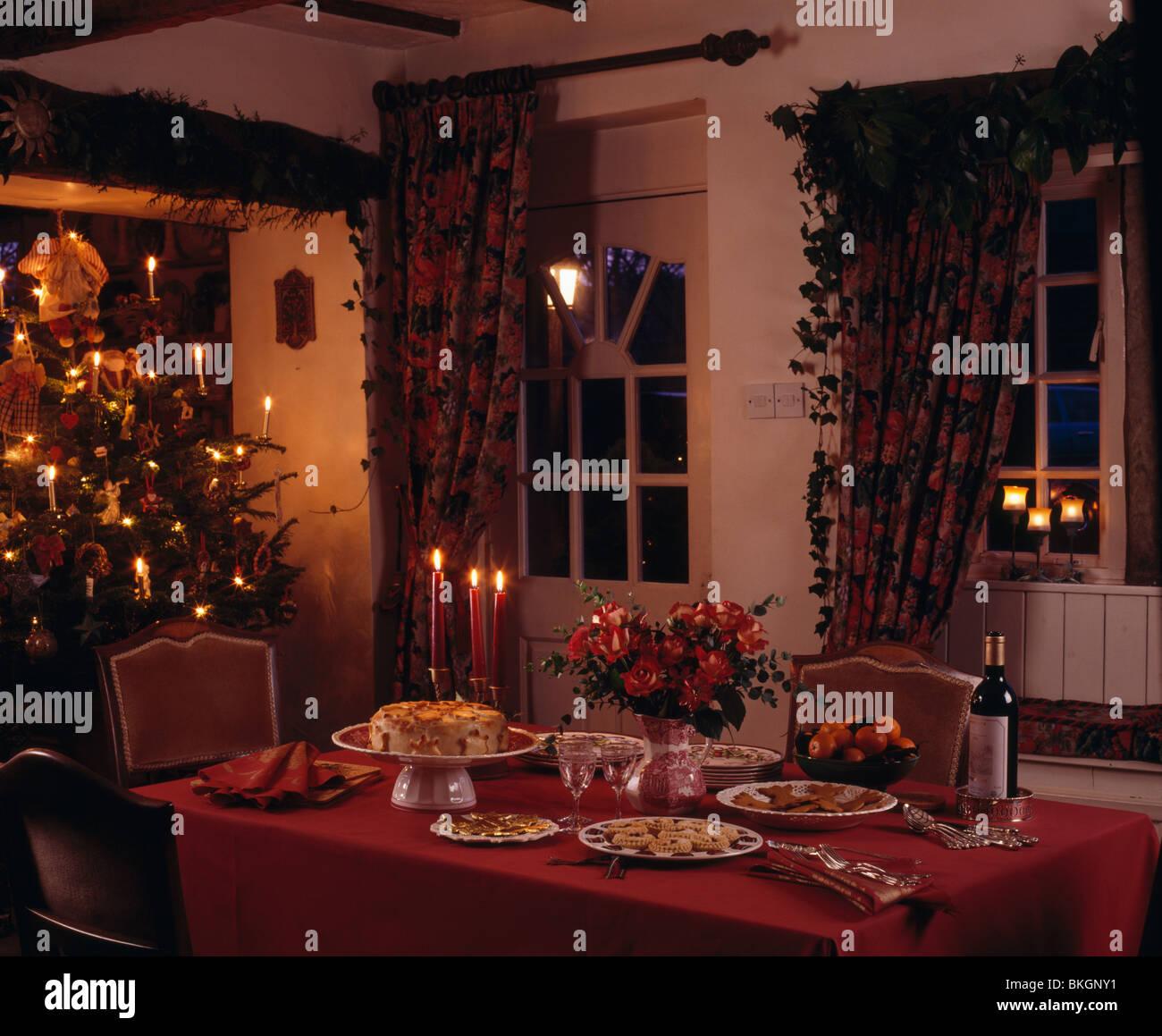 Rotes Tuch auf den Tisch für Weihnachtstee im Ferienhaus Speisesaal ...