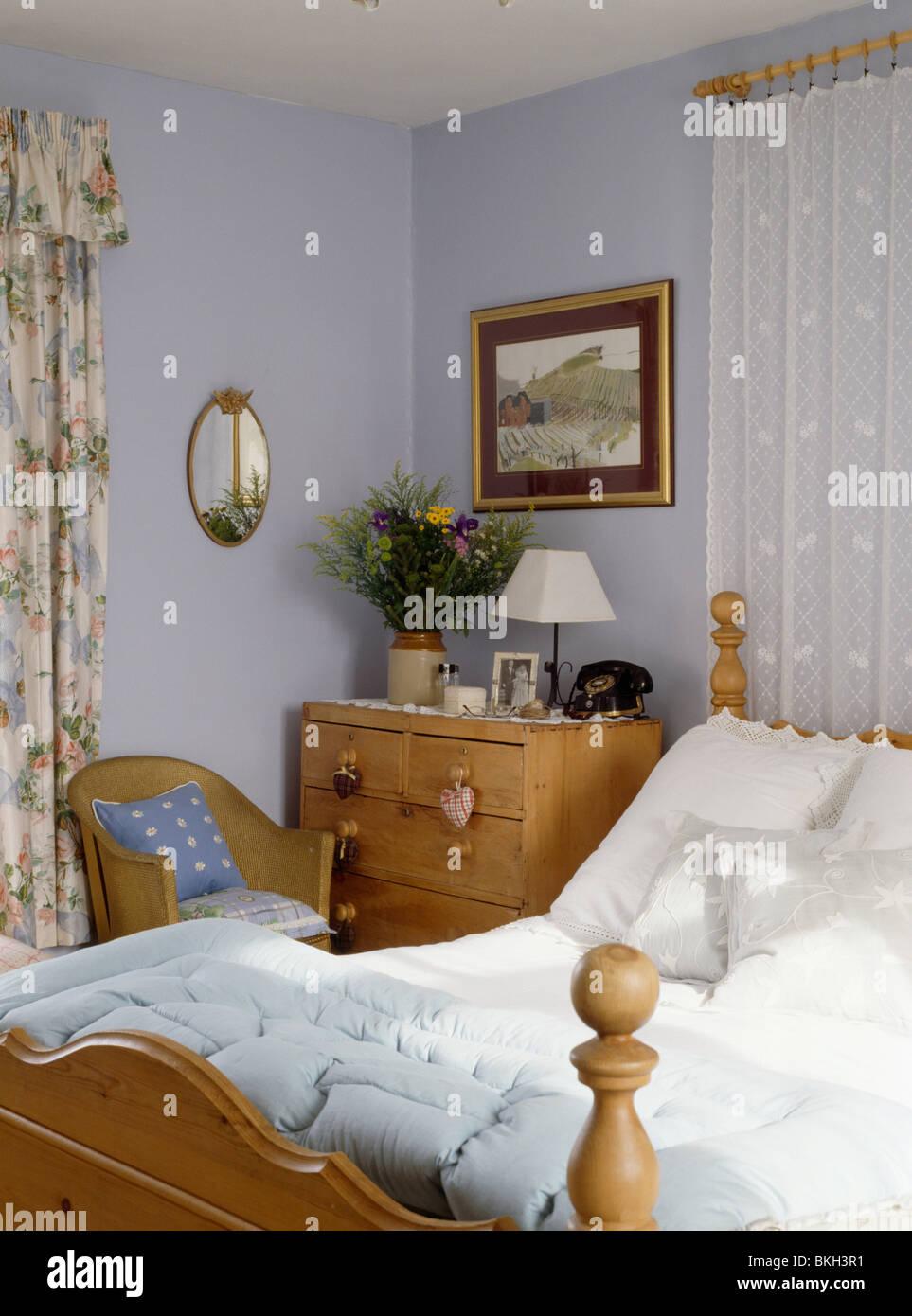 Kiefer Kommode Neben Bett Mit Spitzen Getrimmten Kissen Und Quilt In