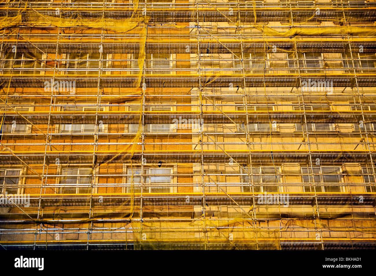 Gebäude in der Restaurierung bedeckt im Gerüstbau und Mesh Stoff, Madrid, Spanien Stockbild
