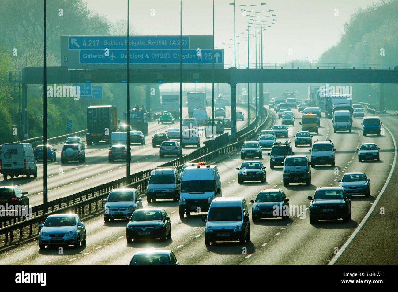 Berufsverkehr auf der Autobahn m25. Stockbild