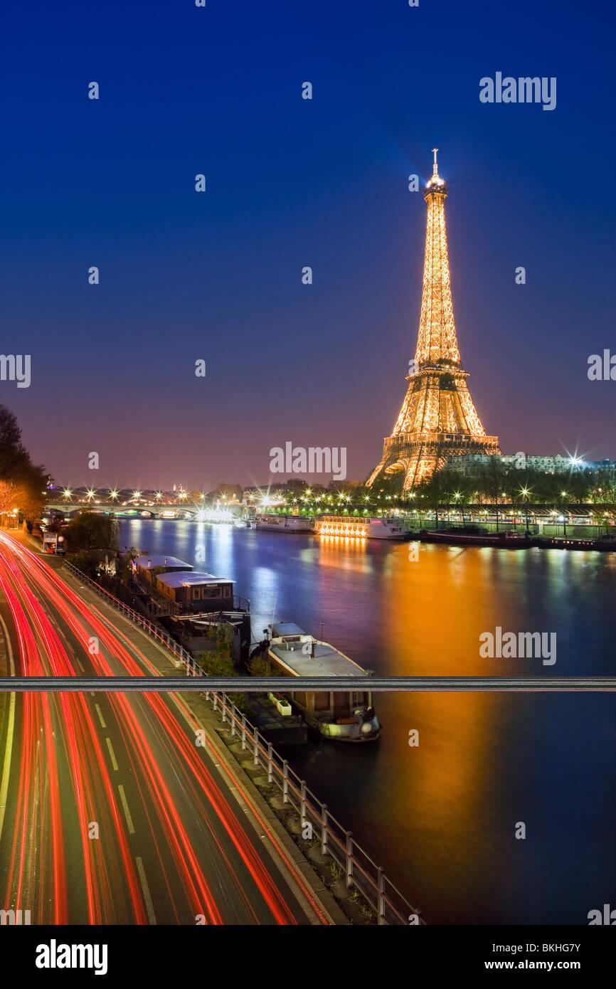 Blaue Stunde in Paris entlang der Seine auf dem Eiffelturm Stockbild