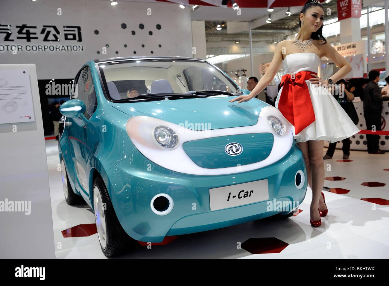 Ein Modell stellt neben Dongfeng Motor Group Co. i-Auto Konzept Fahrzeug, auf der Beijing Auto Show 2010 angezeigt. Stockbild
