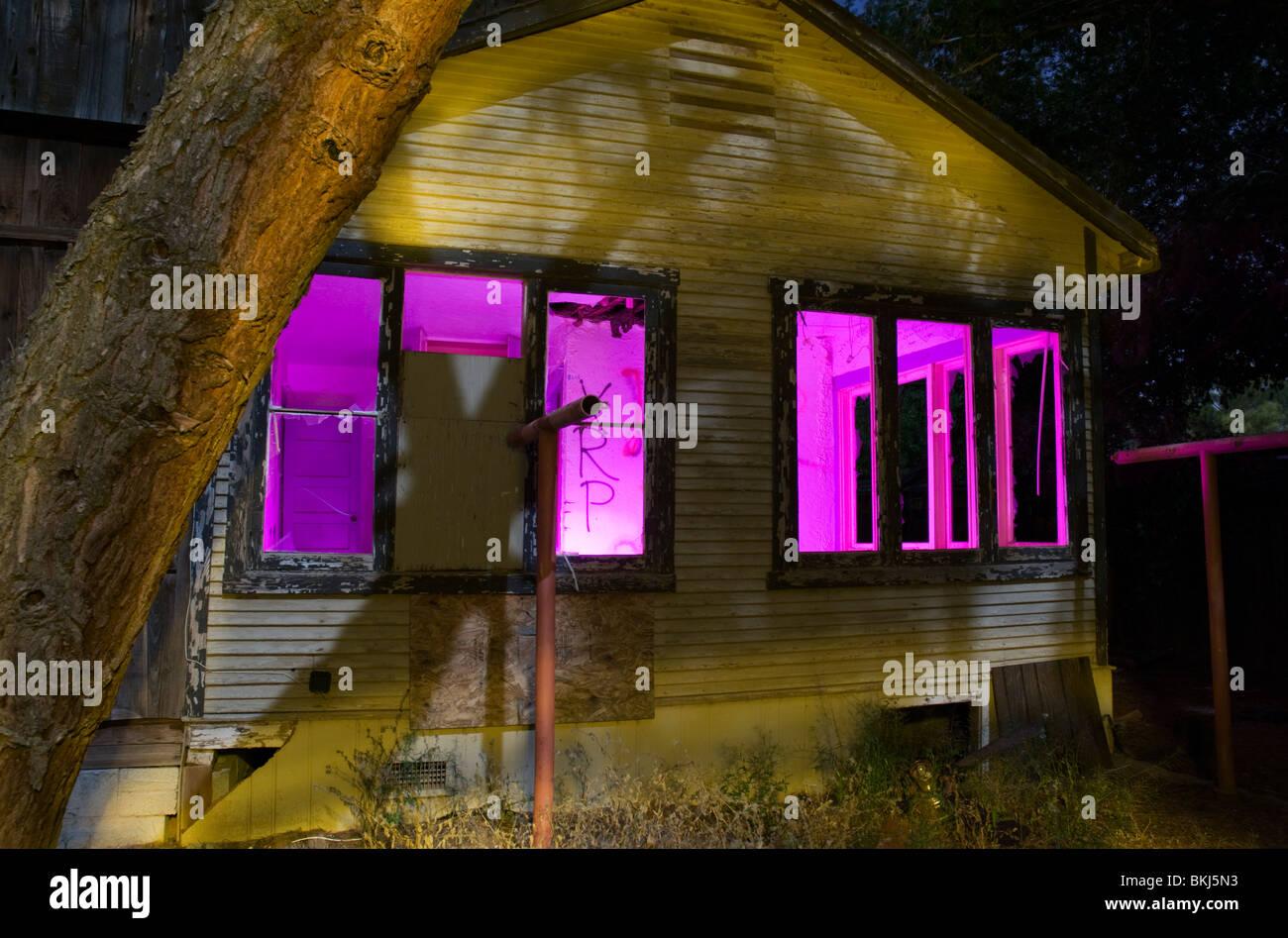 """Ein verlassenes Haus, Foto mit der Methode """"Malen mit Licht"""" in der Nacht. Stockfoto"""