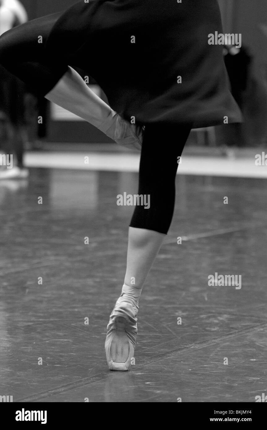 Ballett-Tänzerin üben Tanz bewegt sich im Studio Stockfoto, Bild ... 57428a0b81
