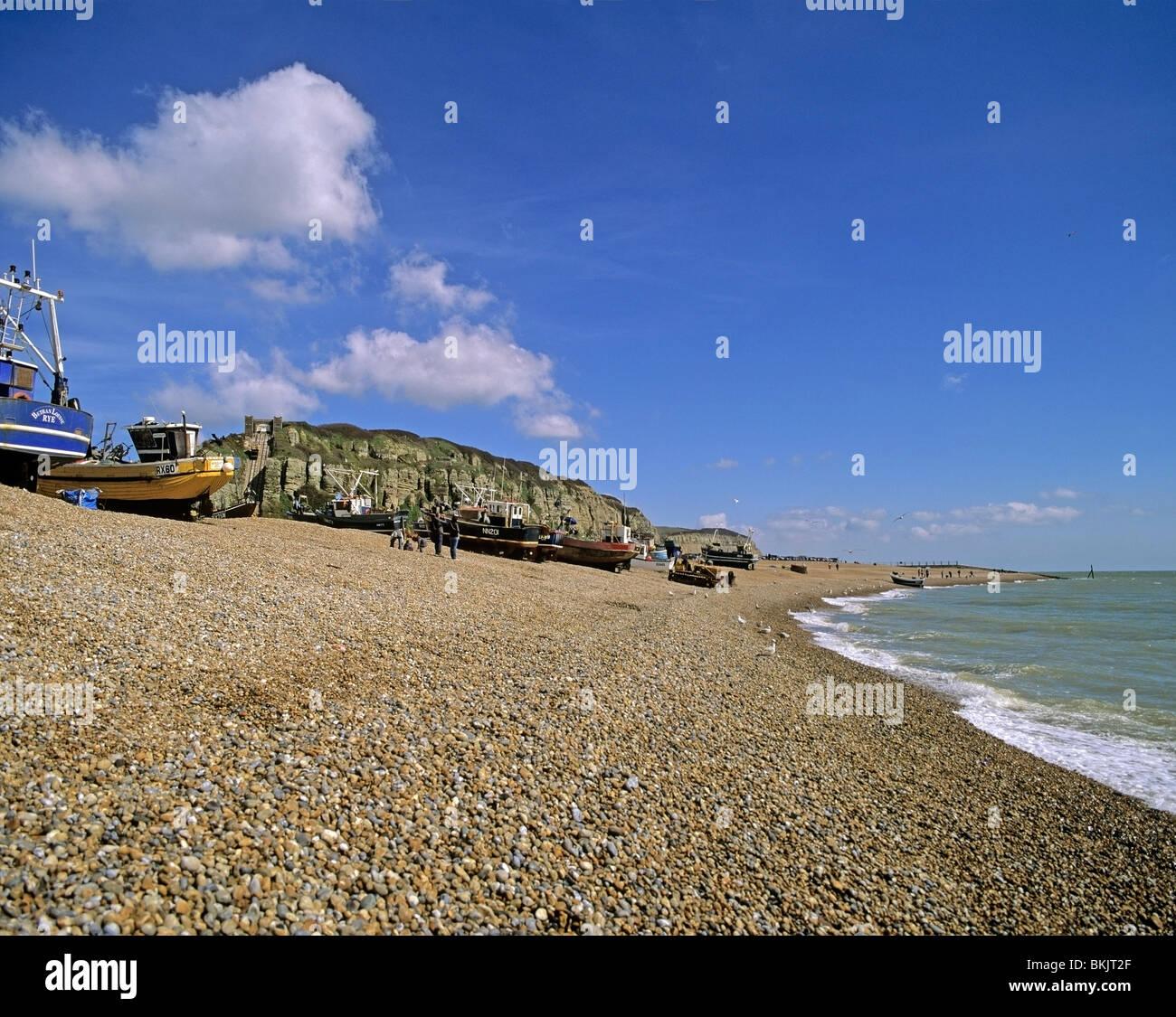 Kiesstrand an Hastings East Sussex in Richtung Altstadt die Fischereiflotte und Osthügel Stockbild