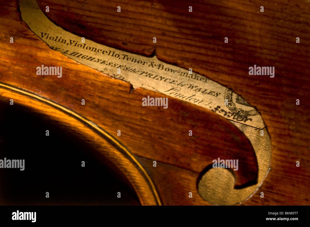 Schließen Sie Blick durch das Schallloch F Entscheidungsträger Label und authentische Unterschrift auf Stockbild