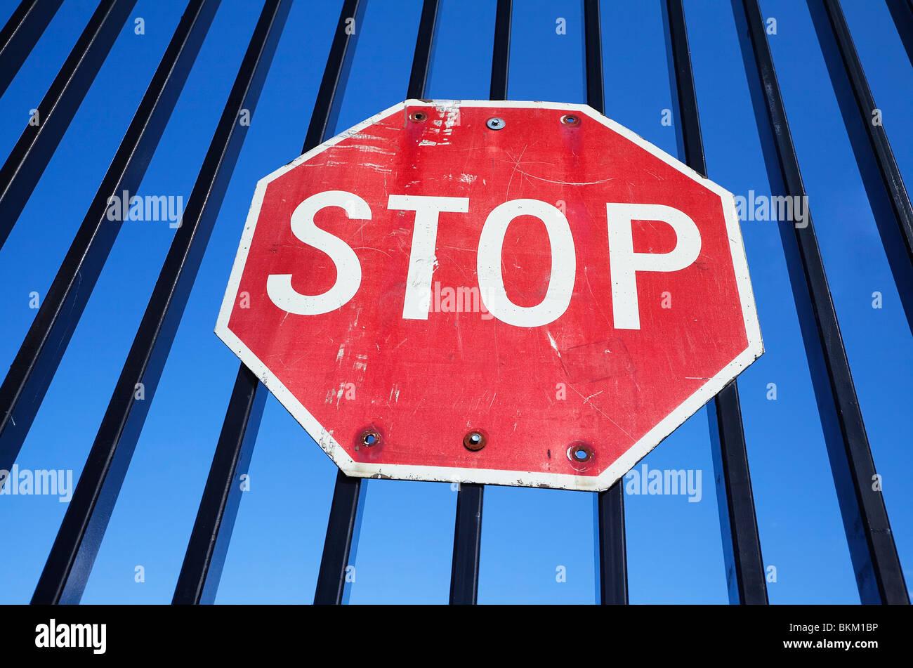 Stop-Schild montiert auf Eisenzaun Stockbild